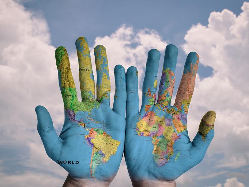Mapa Ziemii na dłoniach