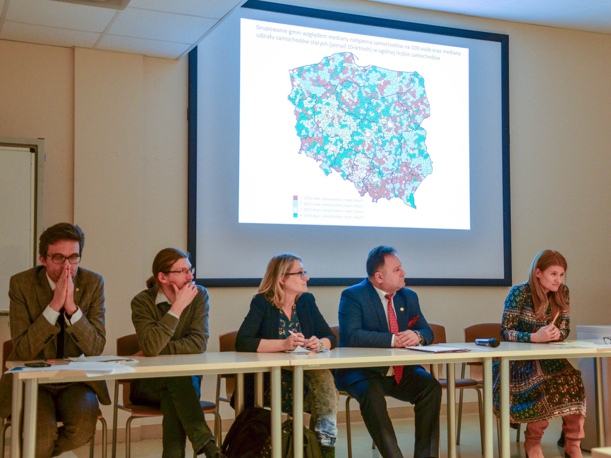 Uczestnicy debaty: siedzą odprawej, prof.Monika Stanny,, starosta lipnowski Krzysztof Baranowski, Olga Gitkiewicz, Bartosz Jakubowski, Rafał Górski