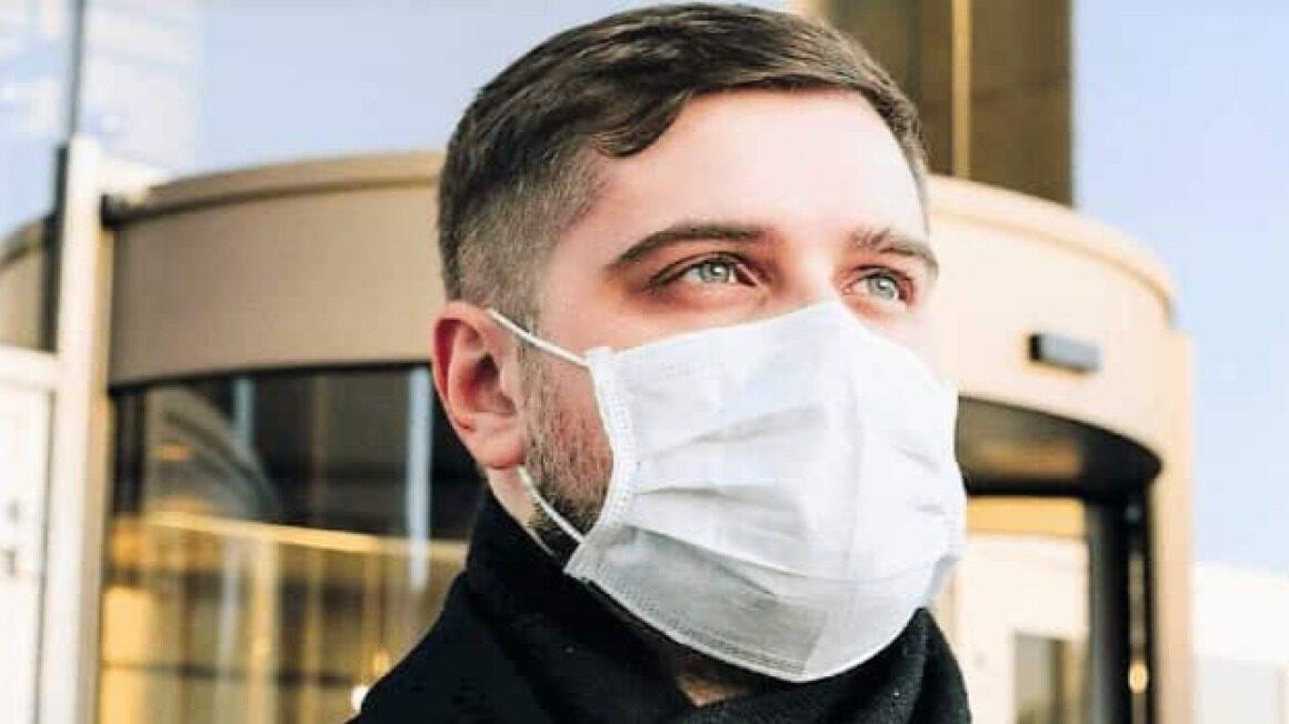 Mężczyzna w masce antywirusowej