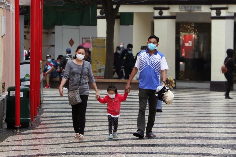 Macau: Rodzina naspacerze wmaskach antywirusowych