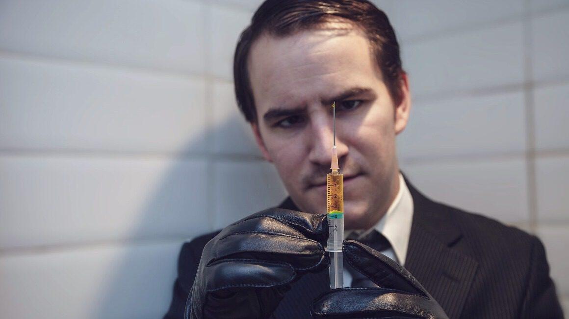 mężczyzna ze strzykawką