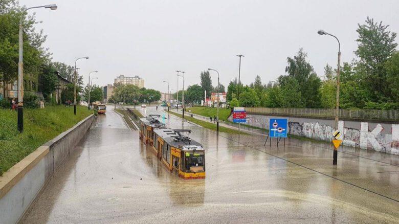 zatopiony tramwaj przy ul. Konstantynowskiej w Łodzi, 2018 r.