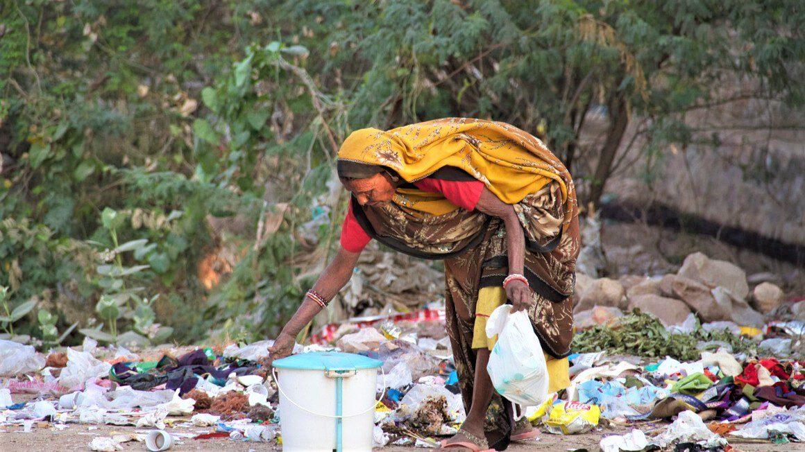 Indie - kobieta na śmietniku