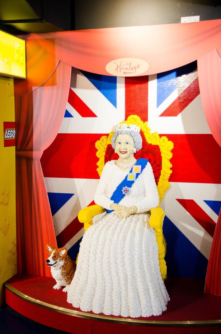 Królowa Elżbieta II zpsem - klocki Lego